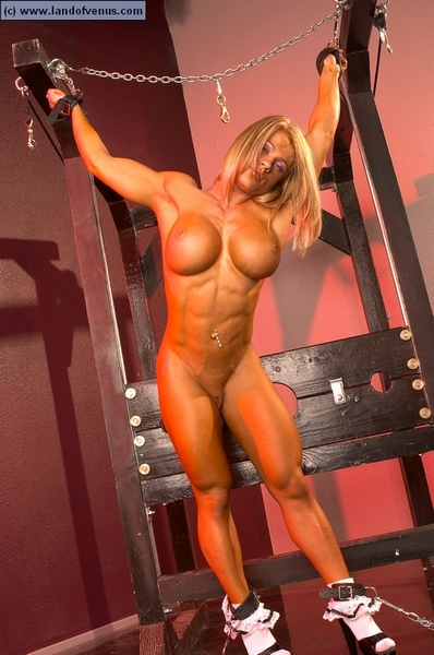 Female bodybuilder melissa dettwiller gets naked in the gym